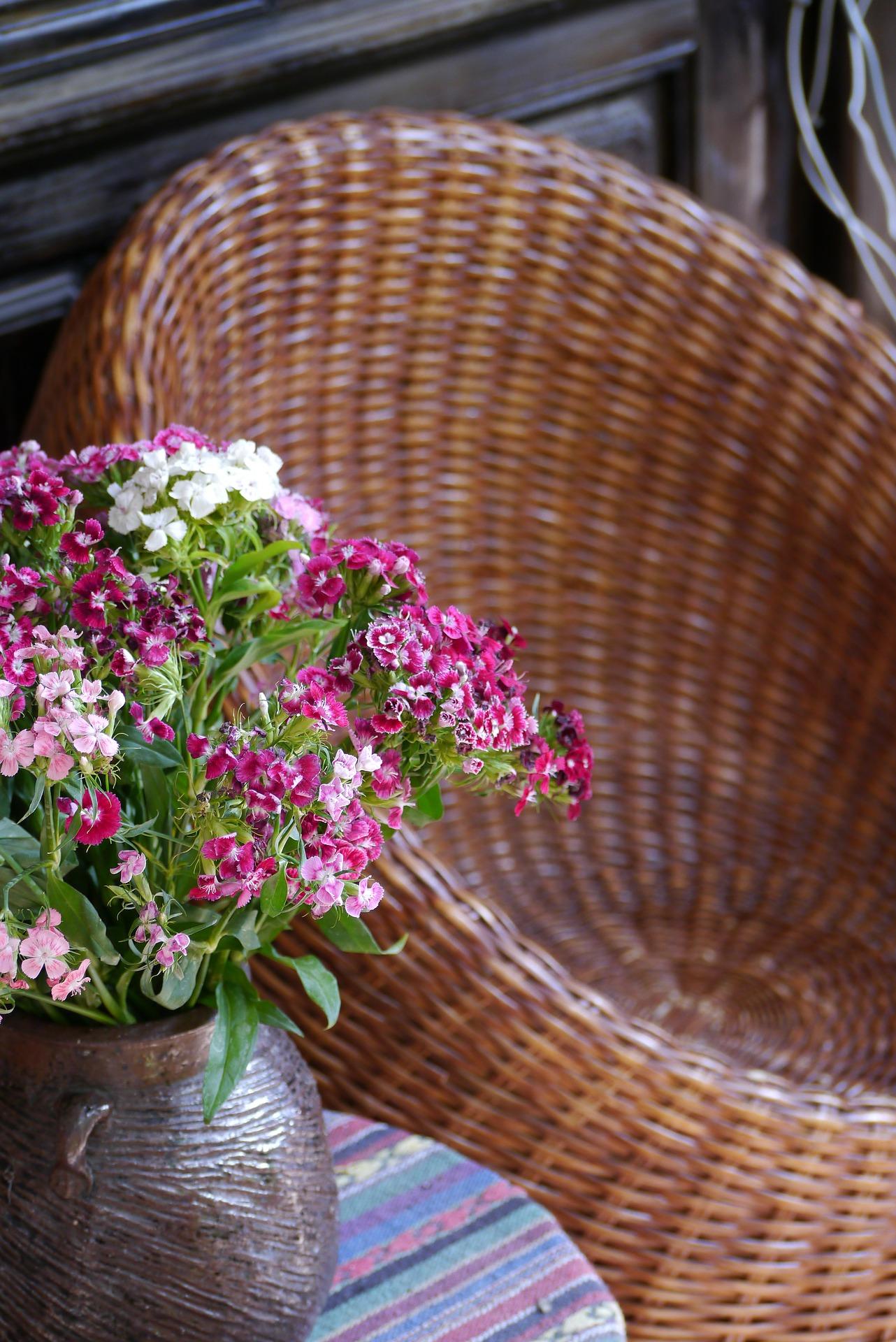 fauteuil en rotin avec bouquet