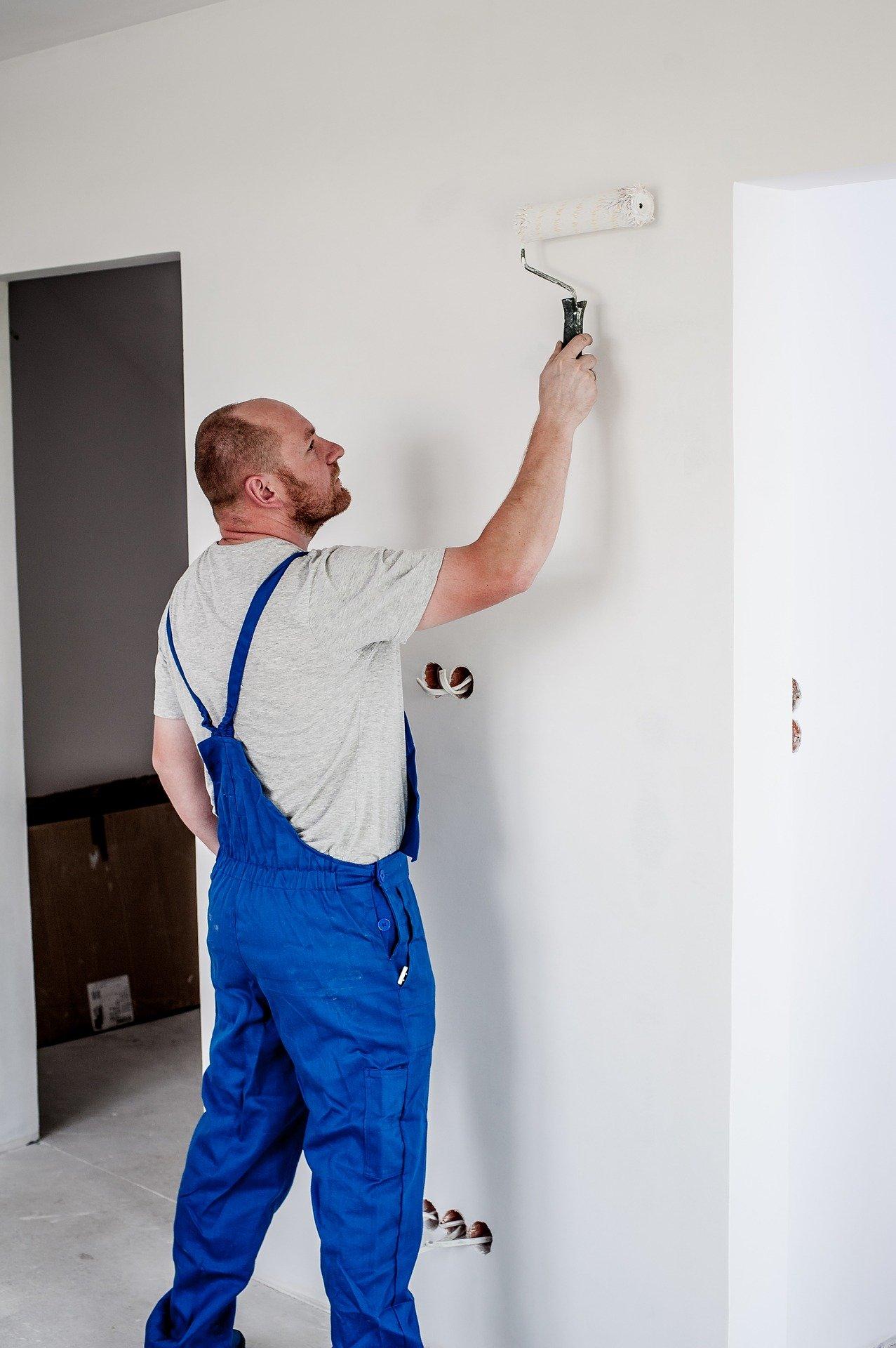 homme peignant un mur