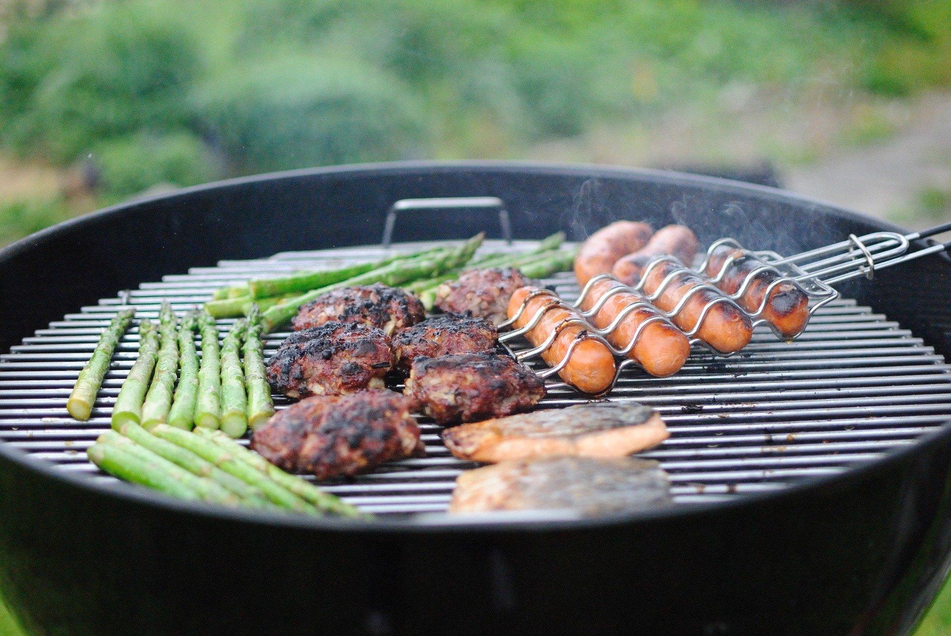 aliments cuisant sur un barbecue
